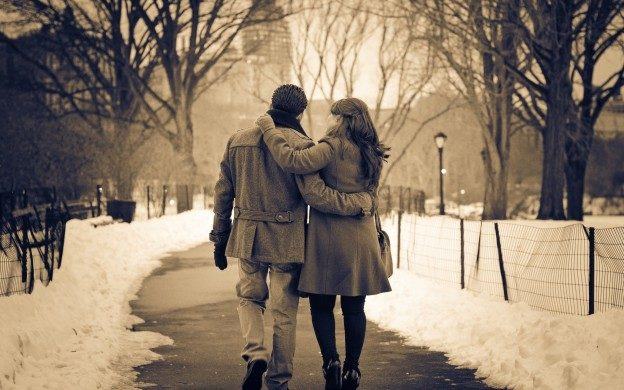 Couple-in-Snowy-Street-HD-Background-624x390
